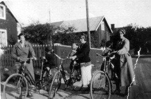 """I början på 40-talet var många män inkallade och bevakade gränserna. Mammorna cyklade runt med sina barn på pakethållaren. Till vänster Anna Östblom med Stig """"bakpå""""."""